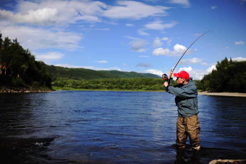 Fiske i Stjørdalselva i Trøndelag. Foto: Marius Rua / trondelag.com