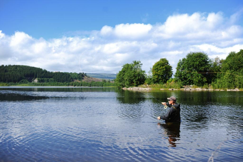 Fluefiske i Nea. Foto: Marius Rua / trondelag.com