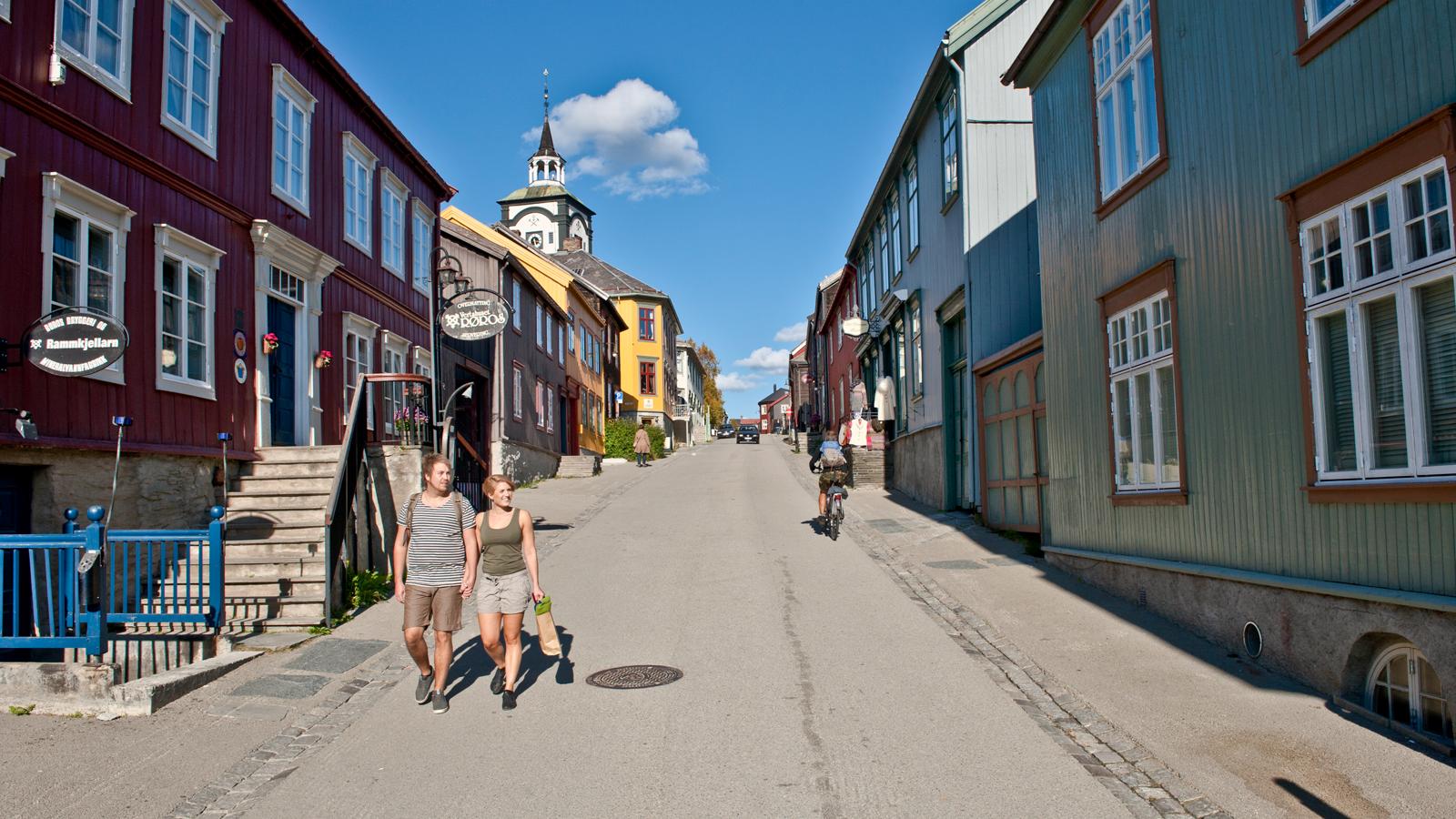 Ungt par på tur i Kjerkgata, Versthuset Røros og Berstadens Ziir i bakgrunnen. Foto: Terje Rakke / trondelag.com