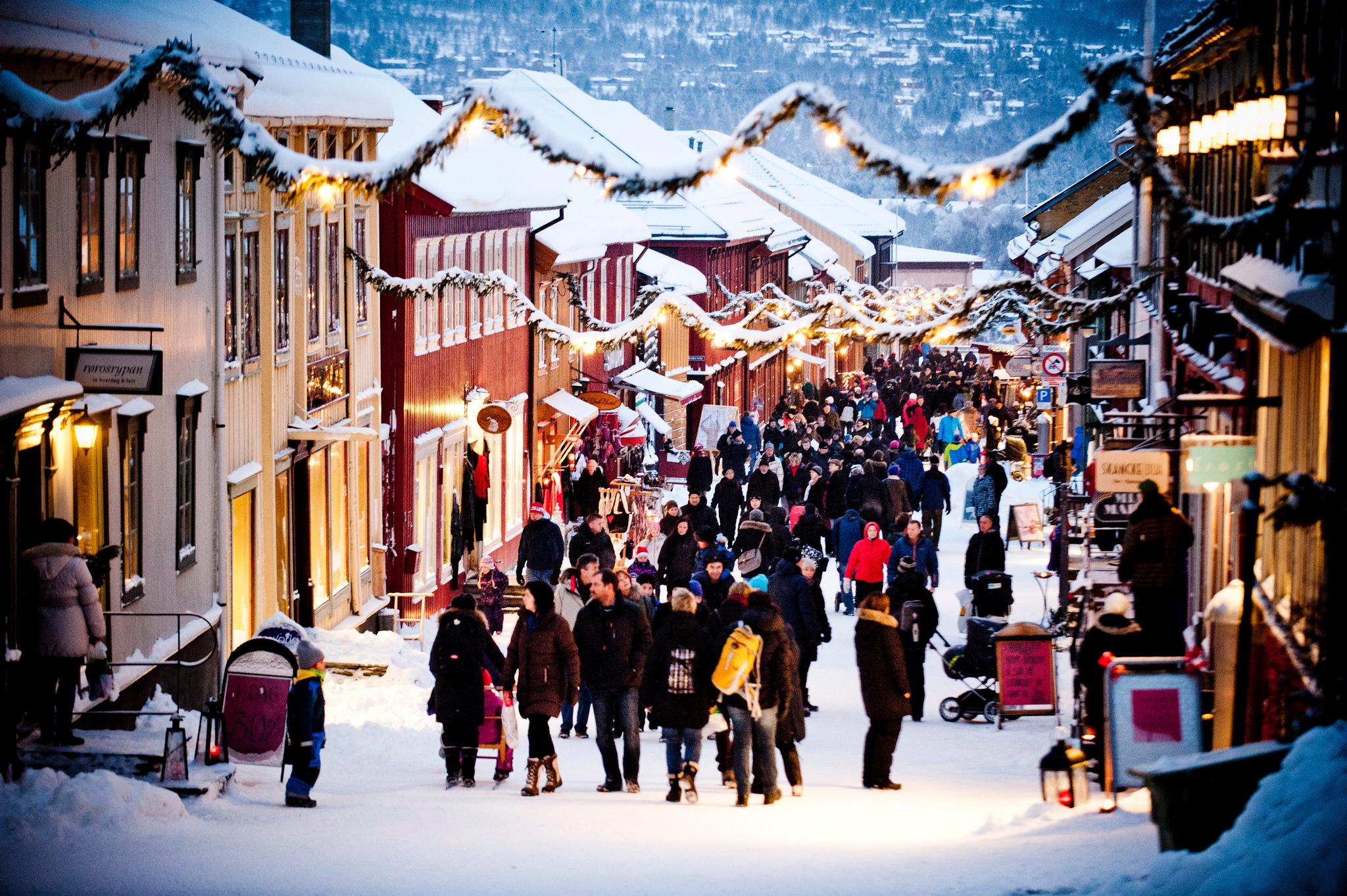 Julehandel i Kjerkgata på Røros under det populære julemarkedet. Foto: Innovation Norway_Thomas Rasmus Skaug