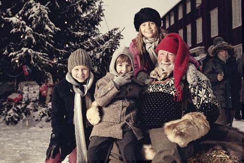 Nissefar og ungene på julemarked på Røros. Foto: Tom Gustavsen
