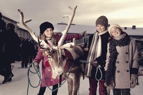 Barn og reinsdyr på julemarked på røros. Foto: Tom Gustavsen