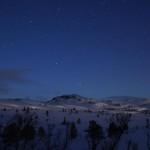 Månespill over Høgkneppen med kometen synlig over toppen Fra Ryånda i Meldal, Foto: Øyvind Schei