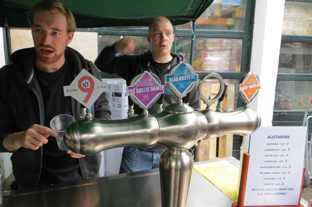 Bryggere fra Austmann Bryggeri i Trondheim, Trøndelag, på stand på ølfestival, Foto: Bernt Rostad - Flickr