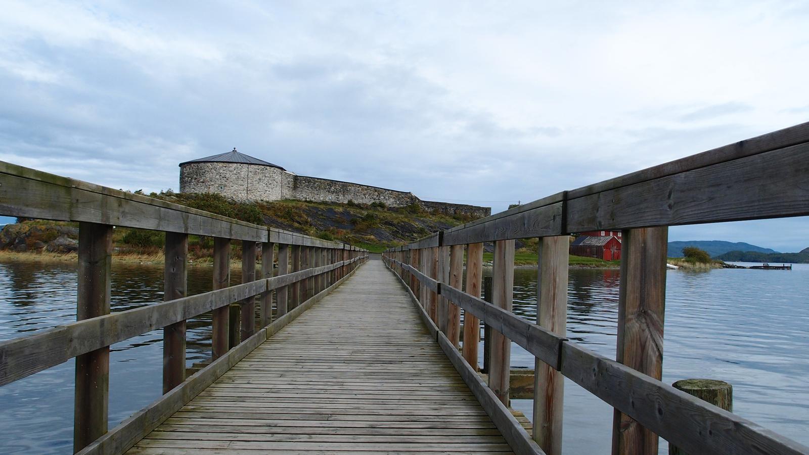 Broen over til Steinvikholm Slott på Skatval i Trøndelag, Foto: Runa Eggen