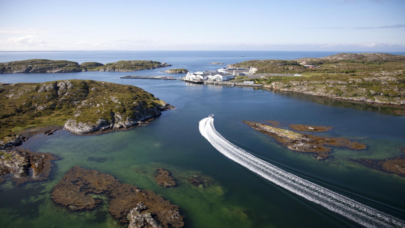 Ut med båt til kysten av Trøndelag. Foto: Erik Røed / Tellus Works /trondelag.com