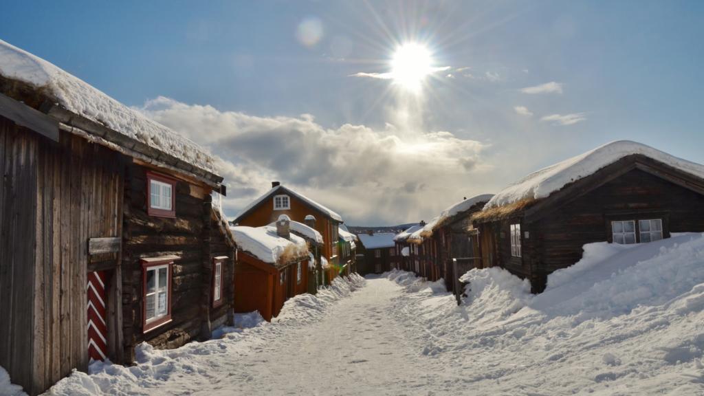 Snødekte gamle trehus i Sleggveien på Røros . Foto: Finn Nilsen / trondelag.com