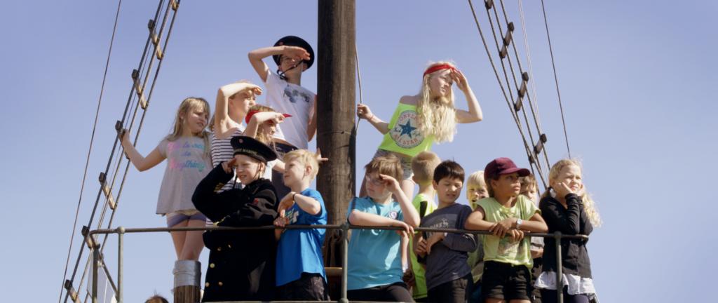Barn på båt - sommerkortet. Foto: Mist/Klipp&Lim